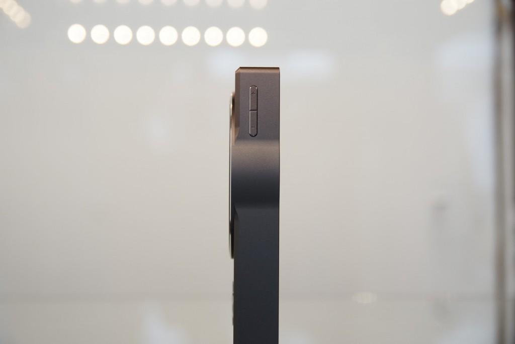 Contrôle du volume déporté sur le côté gauche de l'appareil.