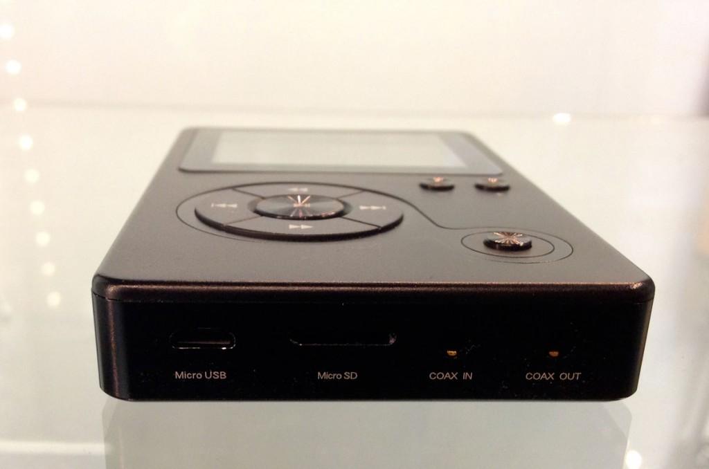 Le Hidizs AP100 est bien fourni en sorties et entrées.